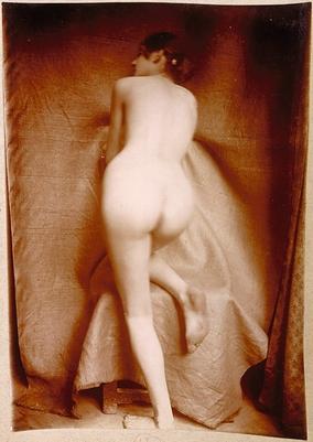 Femme Nue De Dos femme nue de dos, genou droit appuyé sur un tabouret | boutiques de